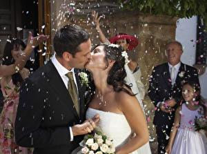Fotos Mann Paare in der Liebe Trauung Bräutigam Brautpaar Zwei Kuss Brünette Konfetti Mädchens