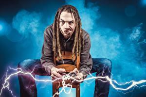 Fotos Mann Kreativ Dreadlocks Sitzend Blitze Blick gamer