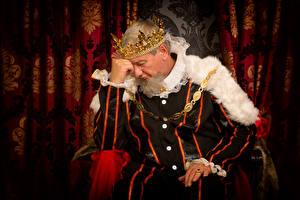 Bilder Mann Krone Uniform Sitzend