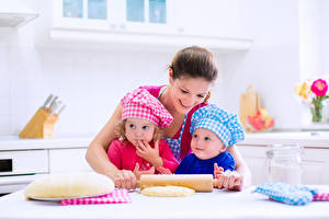 Fotos Mutter Drei 3 Kleine Mädchen Junge Mütze Lächeln Koch kind Mädchens