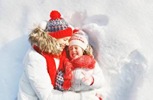 Fotos Mutter Winter 2 Kleine Mädchen Lächeln Mütze Schal Schnee kind Mädchens