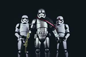 Hintergrundbilder Star Wars  - Film Soldaten Spielzeuge Drei 3 Schwarzer Hintergrund Rüstung Helm Film