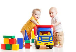 Bilder Spielzeuge Weißer hintergrund Zwei Junge Baby
