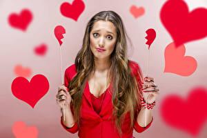 Hintergrundbilder Valentinstag Braunhaarige Herz Hand Traurigkeit Mädchens