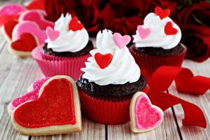 Bilder Valentinstag Kekse Cupcake Bretter Herz Design Lebensmittel