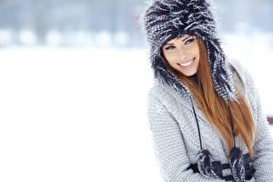 Fonds d'écran Hiver Aux cheveux bruns Sourire Chapeau d'hiver Filles