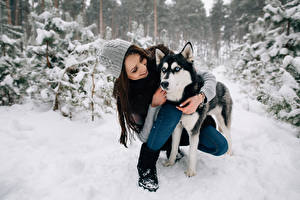 Fotos Winter Hunde Siberian Husky Braune Haare Lächeln Mütze Mädchens Tiere