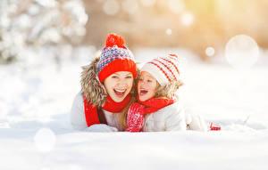 Fotos Winter Mutter Zwei Kleine Mädchen Mütze Fröhlicher Schnee Kinder Mädchens