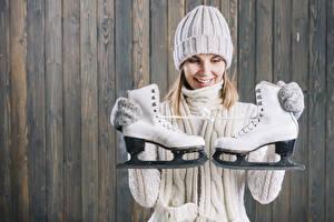 Bilder Bretter Blondine Mütze Schlittschuh Sweatshirt Lächeln Mädchens Sport