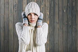 Bilder Bretter Mütze Fausthandschuhe Starren Sweatshirt Mädchens