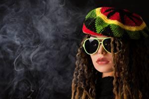 Hintergrundbilder Rauch Braunhaarige Haar Mütze Brille Puppe rasta