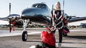 Fotos Flugzeuge Fallschirmspringen Blondine Uniform