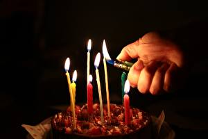 Photo Torte Candles Fire Fingers Black background Hands