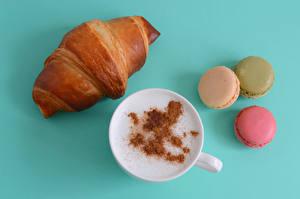 Bilder Cappuccino Kaffee Croissant Farbigen hintergrund Tasse Macaron