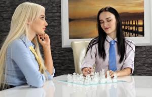 Hintergrundbilder Schach 2 Sitzend Blondine Brünette Krawatte junge Frauen