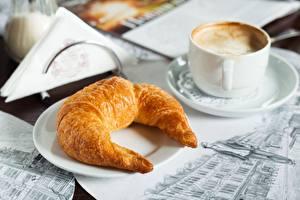 Fotos Croissant Cappuccino Untertasse
