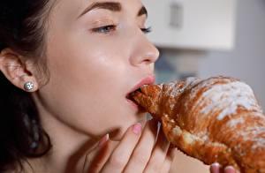 Fotos Croissant Finger Puderzucker Brünette Gesicht Mädchens