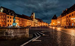 壁纸、、チェコ、住宅、噴水、ストリート、夜、街灯、Cheb Karlovy Vary Region、