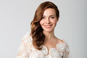 Fotos Braunhaarige Lächeln Grauer Hintergrund Ekaterina Guseva Mädchens