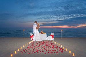 Fotos Abend Mann Paare in der Liebe 2 Blondine Umarmt Strand Mädchens