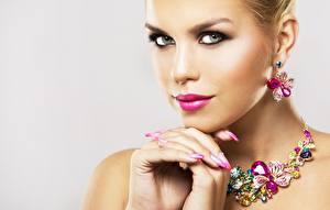 Papel de Parede Desktop Olhos Lábio Dedos da mão Joalharia Colar Fundo cinza Rosto Ver Manicuro Brinco jovem mulher