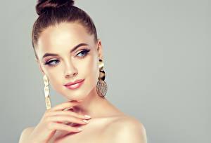 Bilder Finger Grauer Hintergrund Braune Haare Ohrring Mädchens
