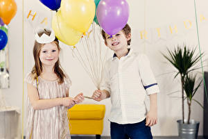 Fotos Feiertage Junge Kleine Mädchen Zwei Luftballon Kinder