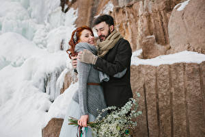 Bilder Liebe Winter Mann Zwei Rotschopf Lächeln Umarmung Mädchens