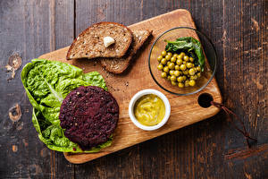 Fotos Fleischwaren Brot Grüne Erbsen Schneidebrett Lebensmittel