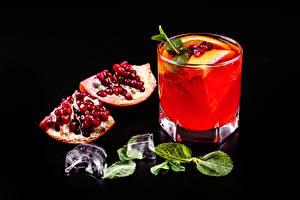 Bilder Granatapfel Alkoholische Getränke Cocktail Schwarzer Hintergrund Getreide Eis Dubbeglas Blatt Lebensmittel