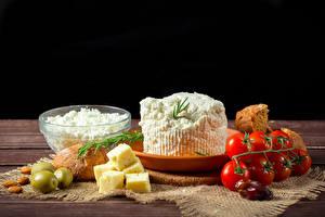 Bilder Topfen Weißkäse Quark Hüttenkäse Käse Oliven Tomate Brot Schwarzer Hintergrund das Essen