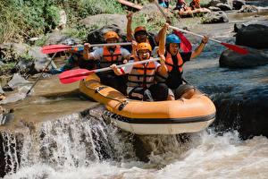 Fotos Flusse Boot Mann Rafting Helm Sport