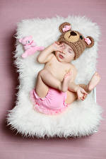 Fotos Teddy Farbigen hintergrund Baby Mütze