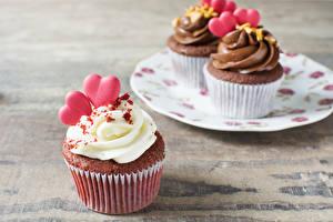 Bilder Valentinstag Süßigkeiten Törtchen Cupcake Bretter Herz Lebensmittel