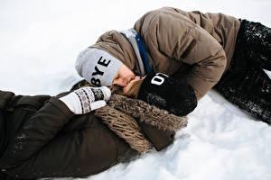 Hintergrundbilder Winter Liebe Mann Paare in der Liebe 2 Kuss Mütze Schnee Mädchens