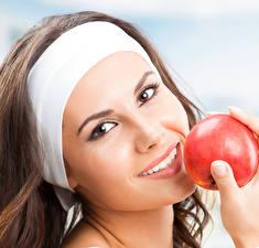 Hintergrundbilder Äpfel Gesicht Lächeln Braunhaarige junge frau