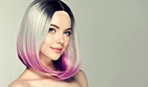 Hintergrundbilder Blond Mädchen Haar Make Up Blick Gesicht Farbigen hintergrund Frisur Mädchens