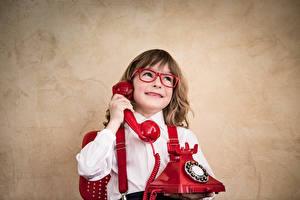 Bilder Junge Telefon Brille Lächeln kind