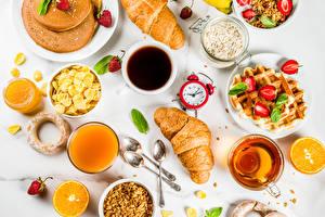 Bilder Uhr Kaffee Tee Fruchtsaft Croissant Müsli Honig Erdbeeren Backware Apfelsine Tasse Frühstück Lebensmittel