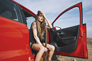 Bilder Türen Braune Haare Sitzend Hand Gitarre Offene Tür Mädchens
