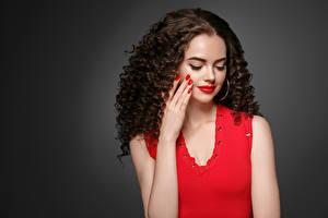 Bilder Grauer Hintergrund Braune Haare Haar Rote Lippen Hand Maniküre Mädchens