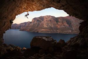 Bilder Griechenland Gebirge Steine Bergsteigen Höhle Bucht Bergsteiger Felsen Kalymnos Natur Mädchens
