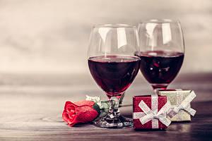 Fotos Feiertage Wein Rosen Weinglas 2 Geschenke Lebensmittel Blumen