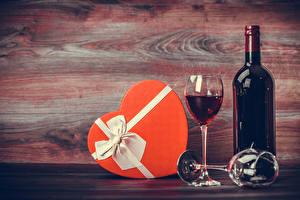 Fotos Feiertage Wein Bretter Geschenke Flasche Weinglas das Essen