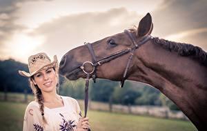 Bilder Pferde Der Hut Kopf junge Frauen Tiere
