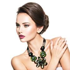 Hintergrundbilder Schmuck Model Weißer hintergrund Braunhaarige Make Up Mädchens