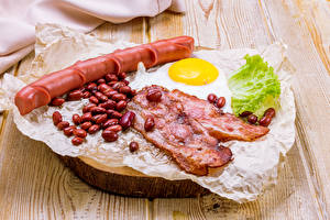 Photo Meat products Vienna sausage Vegetables Bacon Wood planks Grain Fried egg