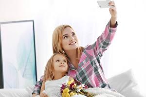 Hintergrundbilder Mutter Blumensträuße Kleine Mädchen 2 Smartphone Selfie Kinder