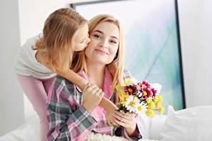 Fonds d'écran Mère Bouquets Deux Petites filles Blondeur Fille Main Enfants Filles