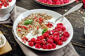 Fotos Müsli Himbeeren Joghurt Teller Löffel Lebensmittel